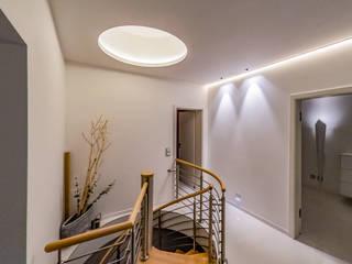 Schöner wohnen durch indirekte Beleuchtung Ausgefallener Flur, Diele & Treppenhaus von Moreno Licht mit Effekt - Lichtplaner Ausgefallen