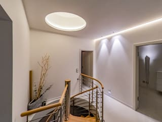Eclectic corridor, hallway & stairs by Moreno Licht mit Effekt - Lichtplaner Eclectic