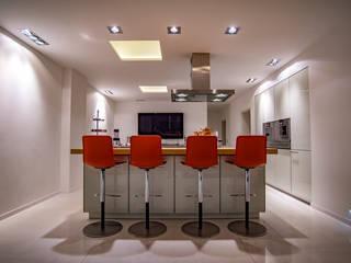 Kombination aus direktem und indirektem Licht in der Küche:  Küchenzeile von Moreno Licht mit Effekt - Lichtplaner