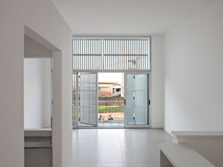 Diseño de 4 Viviendas con Patio en La Plata por por SMF Arquitectos: Livings de estilo  por SMF Arquitectos  /  Juan Martín Flores, Enrique Speroni, Gabriel Martinez