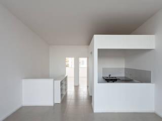 Diseño de 4 Viviendas con Patio en La Plata por por SMF Arquitectos: Cocinas de estilo  por SMF Arquitectos  /  Juan Martín Flores, Enrique Speroni, Gabriel Martinez