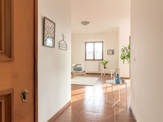 Modern corridor, hallway & stairs by Le Case di Erica | Interior&HomeStaging Modern