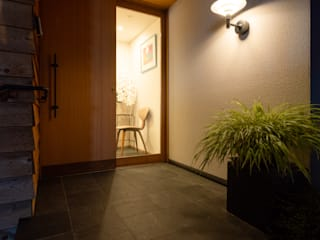 Modern Corridor, Hallway and Staircase by スタジオグラッペリ 1級建築士事務所 / studio grappelli architecture office Modern