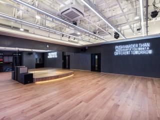 極簡主義的精品健身會所:  健身房 by On Designlab.ltd
