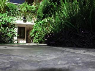 JARDIN INTERLOMAS: Jardines de estilo  por HÁBITAT VERDE PAISAJISMO