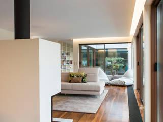 Robial Salas de estar tropicais por Designer's Mint Studio Tropical