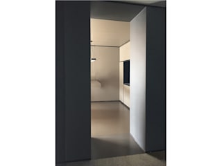 Mieszkanie dwóch przestrzeni Nowoczesny korytarz, przedpokój i schody od OBIEKT Nowoczesny