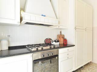 Small kitchens by Caleidoscopio Architettura & Design,