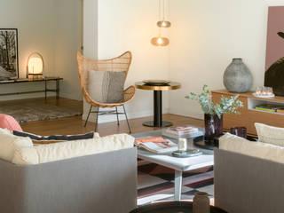 VIVIENDA AMIGÓ: Salones de estilo  de The Room Studio