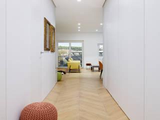 Casa TIZIANO Ingresso, Corridoio & Scale in stile moderno di Arabella Rocca Architettura e Design Moderno