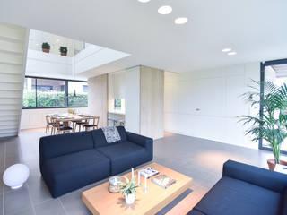VIVIENDA UNIFAMILIAR AISLADA Comedores de estilo moderno de LLOBET interiors Moderno
