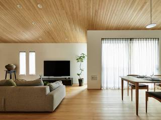 House in Nakamoz モダンデザインの リビング の デザインルバート一級建築士事務所 モダン