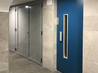 Estudi Aura, decoradores y diseñadores de interiores en Barcelona Ingresso, Corridoio & Scale in stile moderno Ceramica Grigio
