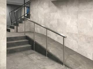 Estudi Aura, decoradores y diseñadores de interiores en Barcelona Moderne gangen, hallen & trappenhuizen Keramiek Grijs