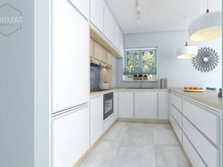Biała Kuchnia na wysoki połysk z drewnianym latem i niebieskimi akcentami : styl , w kategorii Kuchnia zaprojektowany przez Format Joanna Sobieska