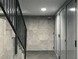 Nowoczesny korytarz, przedpokój i schody od Estudi Aura, decoradores y diseñadores de interiores en Barcelona Nowoczesny