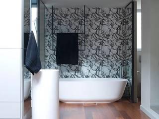 REFORMA VIVIENDA BARCELONA Baños de estilo moderno de LLOBET interiors Moderno