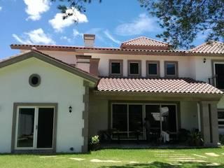 Casa unifamiliar: Casas unifamiliares de estilo  por Planos y Servicios de Arquitectura