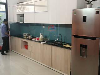 Công trình tủ bếp laminate nhà anh Linh – Sông Công, Thái Nguyên: tối giản  by Nội thất Hpro, Tối giản