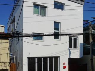 정면: 건축그룹 [tam]의  주택