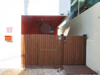 대문 및 주차장: 건축그룹 [tam]의  주택
