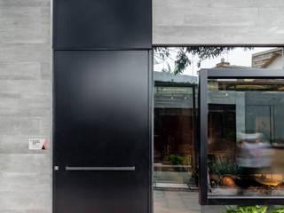 Arquitetura Sônia Beltrão & associados Windows & doors Doors Aluminium/Zinc Black