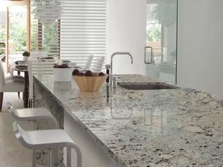 MESÓN  EN GRANITO EXÓTICO ASPEN WHITE: Cocinas integrales de estilo  por INTERNACIONAL DE ACABADOS SAS