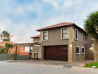 The Williams Residence in Ruimsig Country Estate TOP CENTRE PROPERTIES GROUP (PTY) LTD Colonial style house