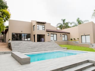 The Gamito residence in Weltervreden Park TOP CENTRE PROPERTIES GROUP (PTY) LTD Modern houses