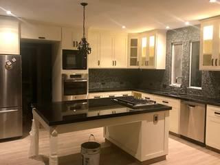Cocina intergral blancos y granito negro: Cocinas equipadas de estilo  por HAUSS Carpintería y Muebles