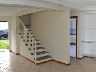Corridor and hallway by 5CINQUE ARQUITETURA LTDA, Modern
