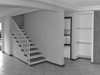 Corridor & hallway by 5CINQUE ARQUITETURA LTDA
