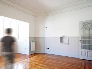 APARTAMENTO RESSANO GARCIA, LISBOA Salas de estar modernas por AMPLO arquitectos Moderno