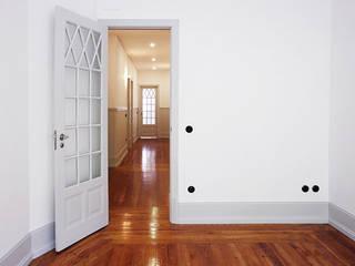 APARTAMENTO RESSANO GARCIA, LISBOA Corredores, halls e escadas modernos por AMPLO arquitectos Moderno