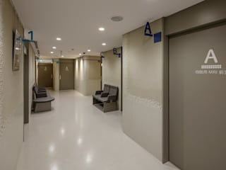 PICTORUみたかクリニック モダンな病院 の 高野俊吾建築設計事務所 モダン