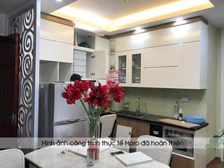 Công trình tủ bếp acrylic kết hợp laminate kèm vách ngăn CNC nhà Mrs.Huyền – Hoàng Cầu: hiện đại  by Nội thất Hpro, Hiện đại