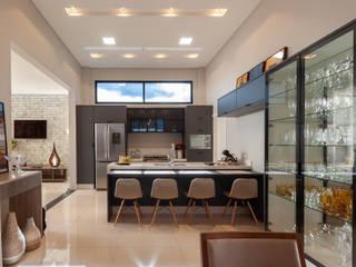 Residencia RV: Armários e bancadas de cozinha  por Romulo Garcia Arquitetura