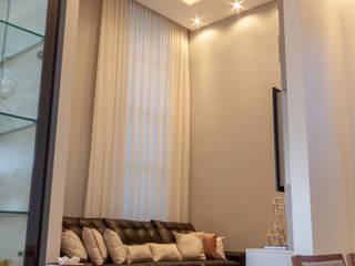 Residencia RV: Salas multimídia  por Romulo Garcia Arquitetura