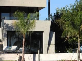 CASA HORMIGON: Casas unifamiliares de estilo  por Maximiliano Lago Arquitectura - Estudio Azteca,