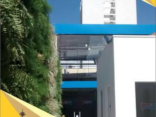 Letreiro em jardim vertical e Revestimento em Acm Paredes e pisos tropicais por North Visual - Letreiros e Fachada em Acm Tropical