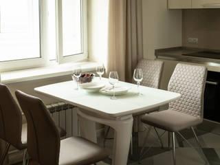 Sala da pranzo minimalista di In/De/Art Minimalista