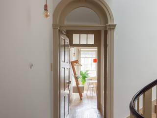 Casa do Rosário Corredores, halls e escadas mediterrânicos por depA Architects Mediterrânico