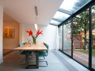 Vergunningsvrije aanbouw:  Serre door Studioschaeffer Architecten BNA, Modern