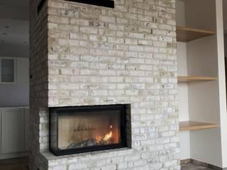 Narożny kominek z cegły: styl , w kategorii  zaprojektowany przez Kominki GP sp. z o.o.,