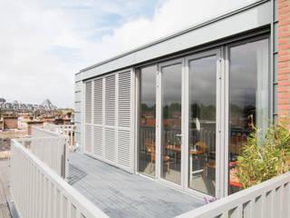 Zinken dakopbouw jaren 30 woning:  Balkon door Studioschaeffer Architecten BNA, Klassiek
