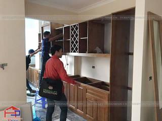 Công trình tủ bếp gỗ sồi mỹ tân cổ điển nhà anh Dũng tòa Hei Tower Nội thất Hpro KitchenCabinets & shelves Wood effect