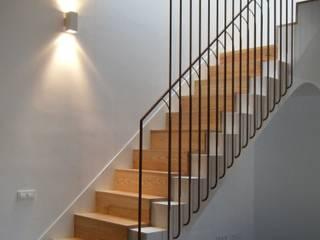 Ampliación y reforma integral de la casa de los abuelos, Comtessa.: Escaleras de estilo  de Divers Arquitectura, especialistas en Passivhaus en Sabadell