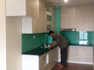 Công trình tủ bếp Laminate trẻ trung, hiện đại nhà chị Hương- Nguyễn Tuân Nội thất Hpro KitchenCabinets & shelves Wood effect