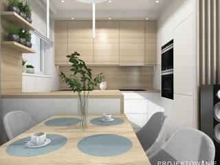 Kuchnia z barem, biel z drewnem: styl , w kategorii Kuchnia zaprojektowany przez Projektowanie Wnętrz Online