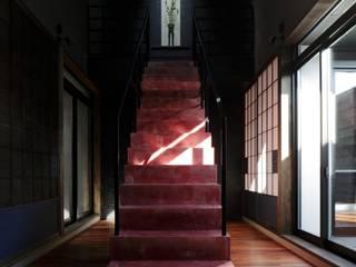 COLORS: キューボデザイン建築計画設計事務所が手掛けた廊下 & 玄関です。,